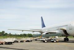 Equipaje del cargamento en aeroplano Imagen de archivo libre de regalías