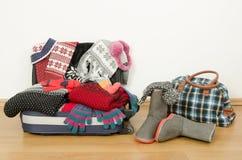 Equipaje del invierno La maleta de marchita por completo la ropa Fotografía de archivo