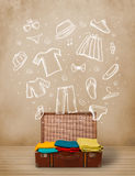 Equipaje del viajero con ropa e iconos dibujados mano Fotografía de archivo