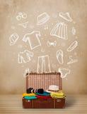 Equipaje del viajero con ropa e iconos dibujados mano Fotografía de archivo libre de regalías