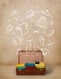 Equipaje del viajero con ropa e iconos dibujados mano Fotos de archivo libres de regalías