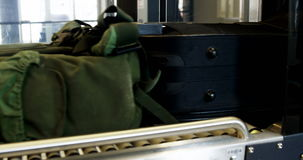 Equipaje en el carrusel del equipaje almacen de metraje de vídeo