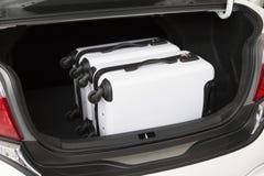equipaje en el tronco de coche para el concepto que viaja Fotografía de archivo libre de regalías