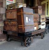 Equipaje en una plataforma ferroviaria Fotos de archivo libres de regalías