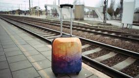Equipaje no reclamado en la estación de tren 4K Tren de Bélgica almacen de video