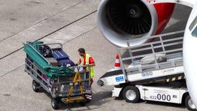 Equipaje que carga a bordo de los aviones almacen de metraje de vídeo