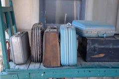 Equipaje viejo de la estación de tren Fotos de archivo libres de regalías