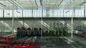 Equipamento agrícola dentro da grande estufa industrial filme