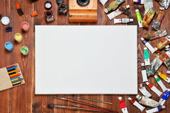 Equipamento artístico: pintura, tinta, lápis, escovas Fotos de Stock Royalty Free