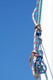 Equipamento. Céu azul e mastro branco. Fotografia de Stock Royalty Free