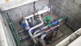 Equipamento, cabos e encanamento como encontrado dentro de um central elétrica industrial filme