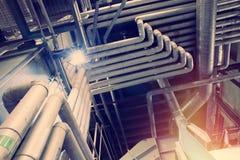 Equipamento, cabos e encanamento como encontrado dentro de um industr moderno Imagens de Stock Royalty Free