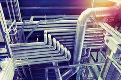 Equipamento, cabos e encanamento como encontrado dentro de um industr moderno Imagem de Stock