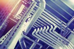 Equipamento, cabos e encanamento como encontrado dentro de um industr moderno Fotografia de Stock Royalty Free
