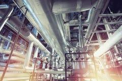 Equipamento, cabos e encanamento como encontrado dentro de um industr moderno Foto de Stock