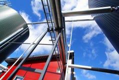 Equipamento, cabos e encanamento na planta imagens de stock royalty free