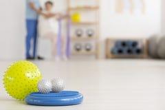 Equipamento colorido da fisioterapia no assoalho Imagem de Stock