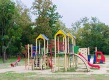 Equipamento colorido do campo de jogos no parque Campo de jogos moderno brilhante para crianças pequenas Fora, conceito da infânc Imagens de Stock Royalty Free