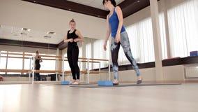 Equipamento da aptidão e da ginástica aeróbica Treinamento do equil?brio Mulheres que fazem uma classe aeróbia com os montanhista video estoque