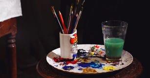Equipamento da arte, ferramentas da pintura da cor, escova de pintura, vidro de água Imagens de Stock Royalty Free