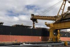 Equipamento da carga de carvão que enche um navio com o carvão fotografia de stock royalty free