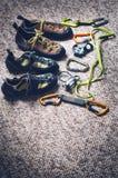 Equipamento da escalada e do alpinismo em um tapete Sapatas, carabina, corda, galope, ascendente Conceito do esporte exterior e e fotos de stock royalty free