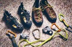 Equipamento da escalada e do alpinismo em um tapete Sapatas, carabina, corda, galope, ascendente Conceito do esporte exterior e e fotografia de stock royalty free