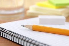 Equipamento da escrita na mesa Fotografia de Stock