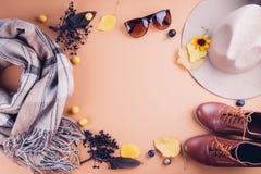 Equipamento da fêmea do outono Grupo de roupa, de sapatas e de acessórios Fotos de Stock Royalty Free