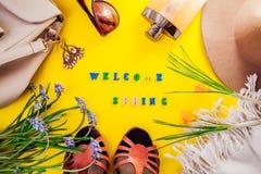 Equipamento da fêmea da mola Grupo de roupa, de sapatas e de acessórios Mola bem-vinda Fotos de Stock