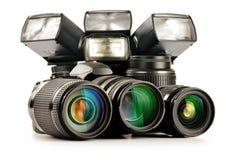 Equipamento da foto que inclui lentes zoom, câmera e luzes do flash Fotografia de Stock