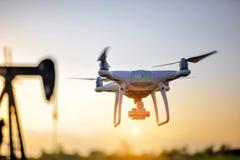 Equipamento da fotografia aérea dos zangões dos fotógrafo que tomam o aeri fotografia de stock