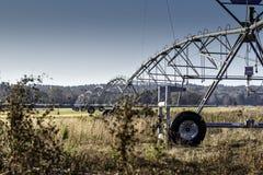 Equipamento da irrigação em um campo da grama fotos de stock