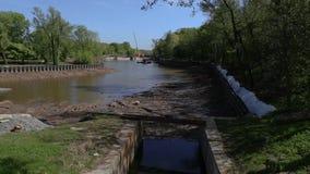 Equipamento da limpeza na lagoa Questões meio-ambientais seca Purificação da água vídeos de arquivo