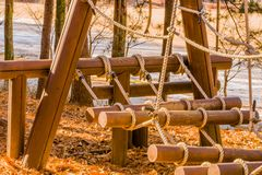 Equipamento da madeira e do curso de obstáculo da corda fotografia de stock royalty free