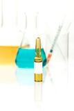 Equipamento da química, produtos vidreiros de laboratório com líquido colorido a Fotografia de Stock Royalty Free