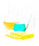 Equipamento da química, produtos vidreiros de laboratório com líquido colorido a Foto de Stock Royalty Free
