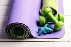 Equipamento dar forma e de aptidão Barbells perto do rolo de medição ciano da fita imagens de stock