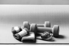 Equipamento dar forma e de aptidão Dumbbells e fita da medida Fotografia de Stock