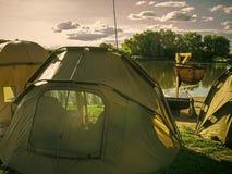 Equipamento de acampamento Acampamento da barraca na praia do rio ou do lago, férias de verão Imagens de Stock