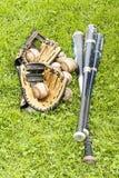 Equipamento de basebol na grama Imagem de Stock Royalty Free