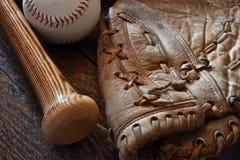 Equipamento de basebol retro velho do estilo imagem de stock
