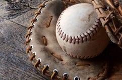 Equipamento de basebol usado velho Imagens de Stock
