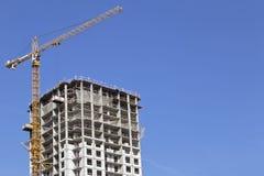 Equipamento de construção na construção da casa de apartamento do multi-andar Fotos de Stock