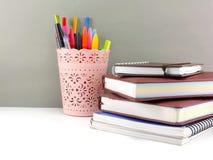 Equipamento de escritório da pena e do lápis para a vida do eduation ou do negócio ainda Imagens de Stock