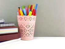 Equipamento de escritório da pena e do lápis para a vida do eduation ou do negócio ainda Fotos de Stock Royalty Free