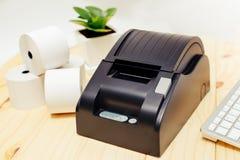 Equipamento de escritório, impressora do recibo do ponto de venda de A que imprime um recibo Imagem de Stock Royalty Free