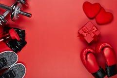 Equipamento de esporte e corações vermelhos Aptidão fotos de stock