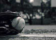 Equipamento de esporte preto e branco do basebol imagem de stock royalty free