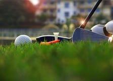 Equipamento de golfe em um gramado verde imagem de stock
